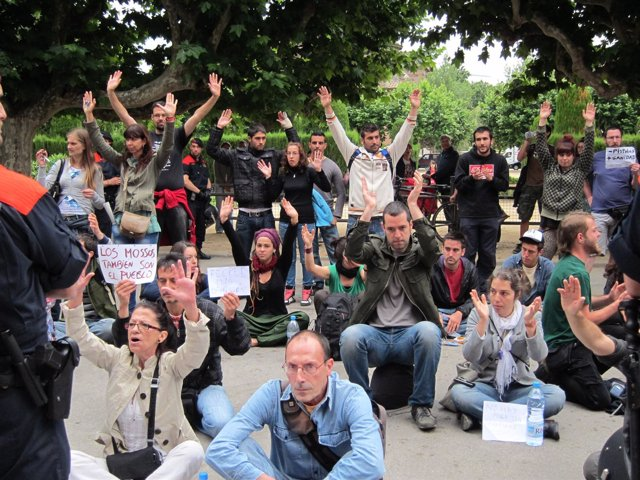 'Indignados' Del Movimiento 15M Ante El Parlament