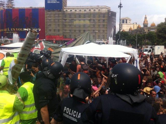 Enfrentamiento Entre La Policia Y Los 'Indignados' En Barcelona