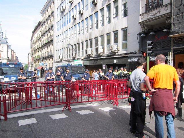 Policía Municipal Y Nacional Cierra La Calle Mayor