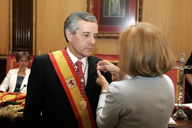 El Nuevo Alcalde De León, Emilio Gutiérrez, Durante La Imposición De La Insignia