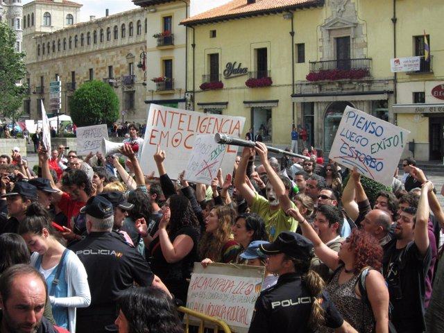 Integrantes Del Movimiento 15M Protestan Frente Al Consistorio