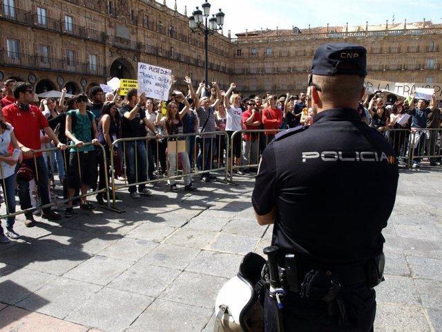 Manifestación Del 15M En La Plaza Mayor De Salamanca