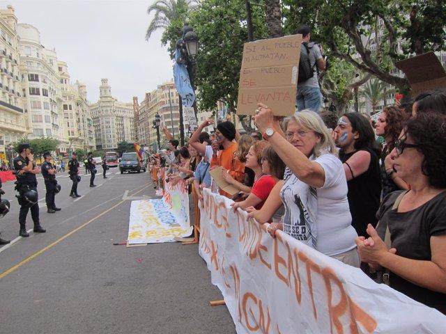 Manifestantes Del Movimiento 15M,Frente Al Ayuntamiento