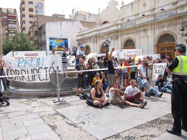 Indignados Se Concentran Frente Al Ayuntamiento De Castellón