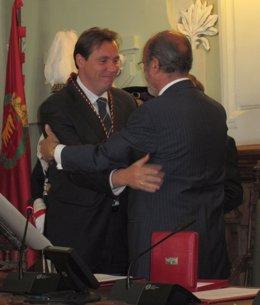 León De La Riva Entrega A Óscar Puente Su Medalla De Concejal
