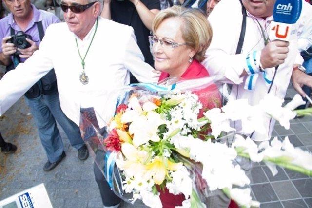 Petronila Guerrero Realiza Una Entrega Floral A La Hermandad Del Rocío De Huelva