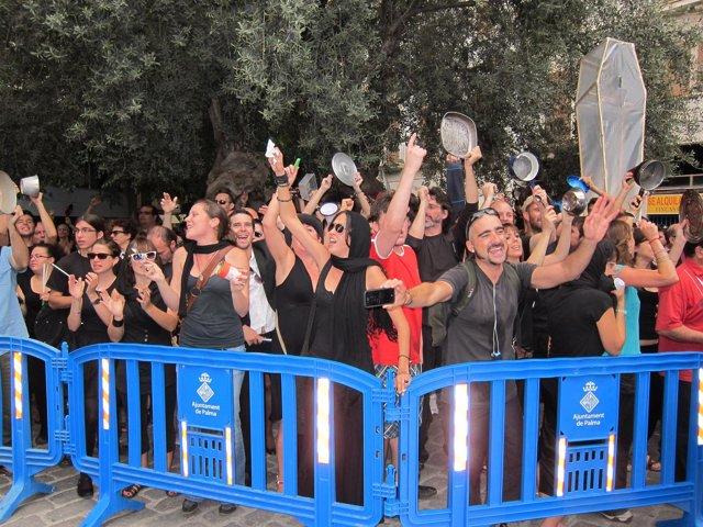 Los 'Indignados' En La Plaza Del Ayuntamiento