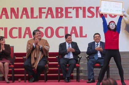 """Perú.- Alan García declara a Perú un país """"libre de analfabetismo"""""""