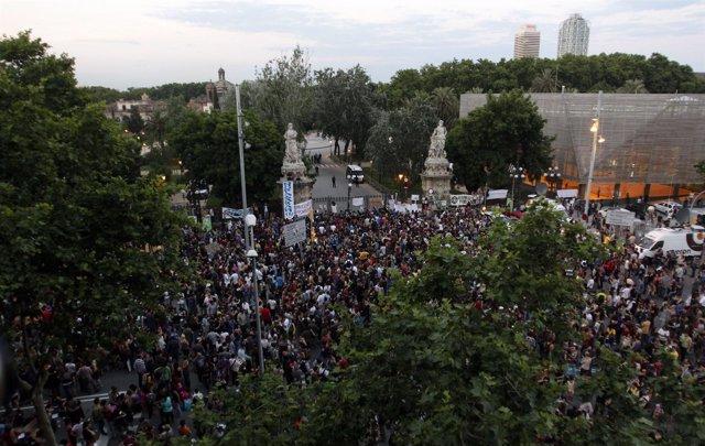 Indignados Bloquean El Parque De La Ciutadella