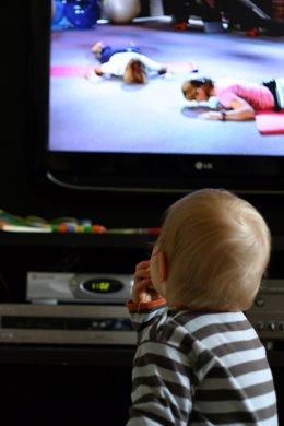 Bebé viendo la televisión
