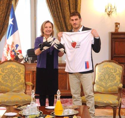 Iker Casillas visita a la primera dama de Chile, Cecilia Morel
