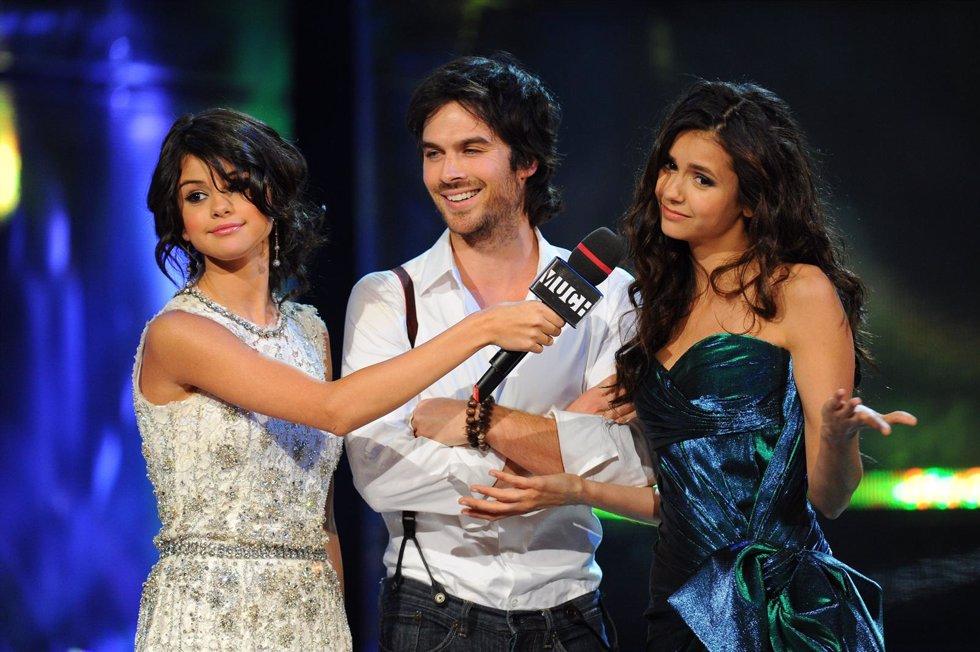 Los Actores Ian Somerhalder Y Nina Dobrev Con Selena Gomez En Una Gala