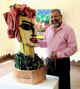 El Artista Willy Ramos Con Una De Sus Obras