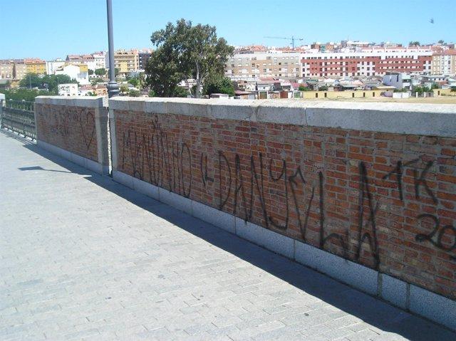 Nota De Prensa Sobre Actos De Vandalismo En El Puente De Palmas De Badajoz.