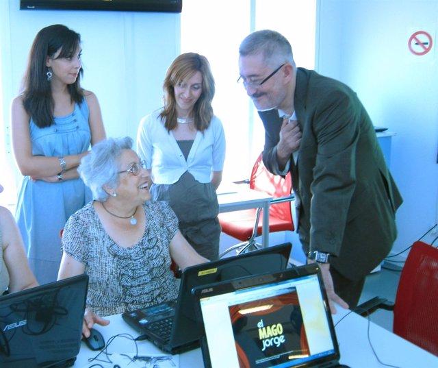 Antonio Ávila, Con Una Usuaria De La Red Andalucía Compromiso Digital