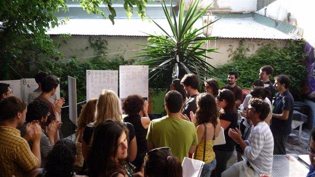 Los Alumnos De Arquitectura Durante La Presentación Del Proyecto