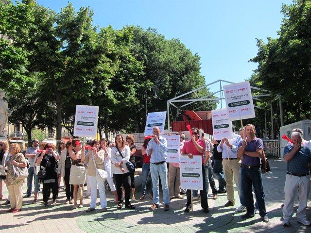 Concentración De Ganaderos De UAGN Ante El Parlamento De Navarra.