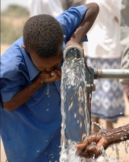 Un Niño De Djibouti Bebiendo Agua