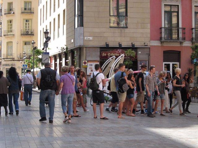 Jóvenes Turistas Pasean Por El Centro De Málaga