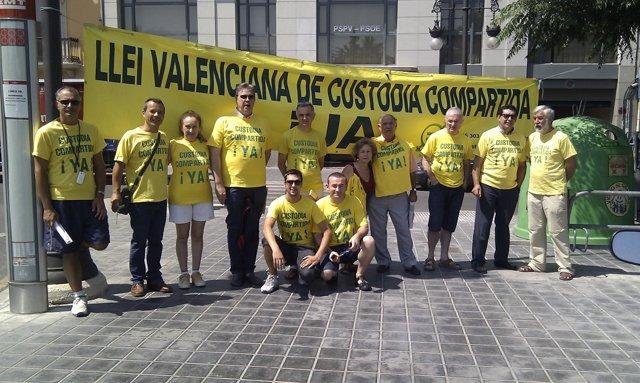Miembros De Custodia Compartida Se Concentran Ante La Sede Del PSPV