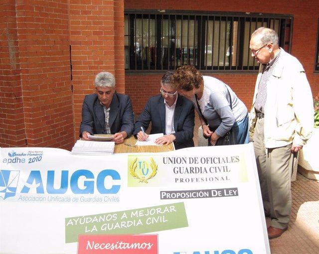 Los representantes de UO y AUGC recabando  firmas