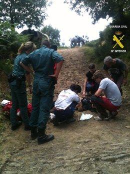 Momento Del Auxilio Y Rescate De Un Herido En El Monte De Ordunte