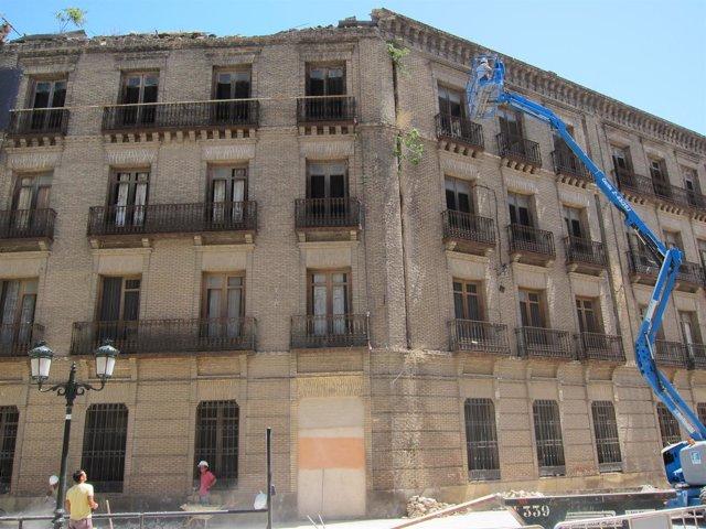 Grúa En Alero Desprendido Antiguo Cuartel Pontoneros