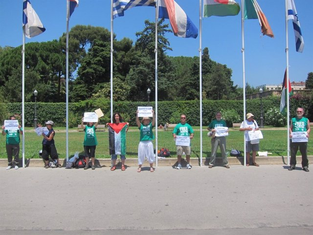 Encadenados En Barcelona En Defensa De La Flotilla De Gaza