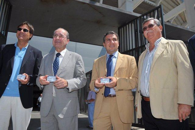 De La Torre Y Bendodo Recogen El Carné Del Málaga CF