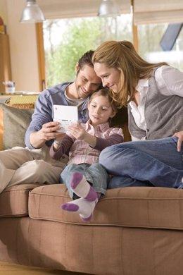 Padres e hijos jugando a la consola Nintend DS