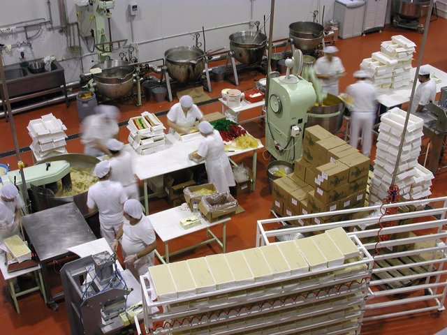 Operarios En El Proceso De Fabricación De Turrón