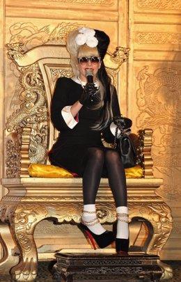 Lady Gaga Sentada En Una Silla