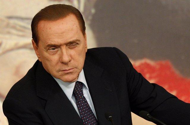 Silvio Berlusconi Guiña Un Ojo A Una Jovencita Para Practicar El 'Bunga-Bunga'