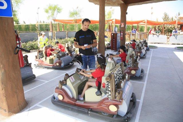Vitantonio Liuzzi Enseñando A Unos Niños A Conducir