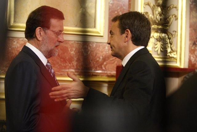 Rajoy y Zapatero charlando en el aniversario de la Constitución
