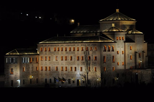 Edificio Cortes C-LM Iluminado