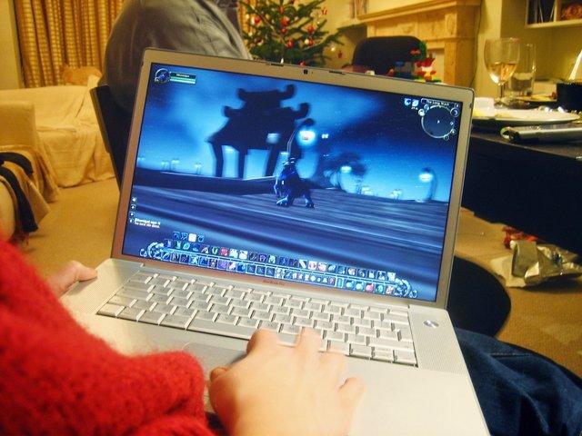 Jugando Con El Ordenador Portátil Al Videojuego Online World Of Warcraft