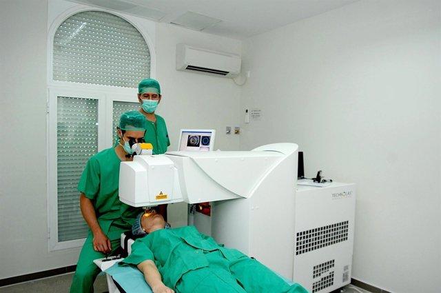 Profesionales Simulan La Intervención A Un Paciente Con Un Nuevo Láser Ocular