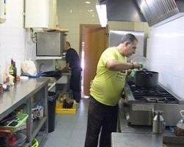 Uno De Los Trabajadores En La Cocina Del Restaurante