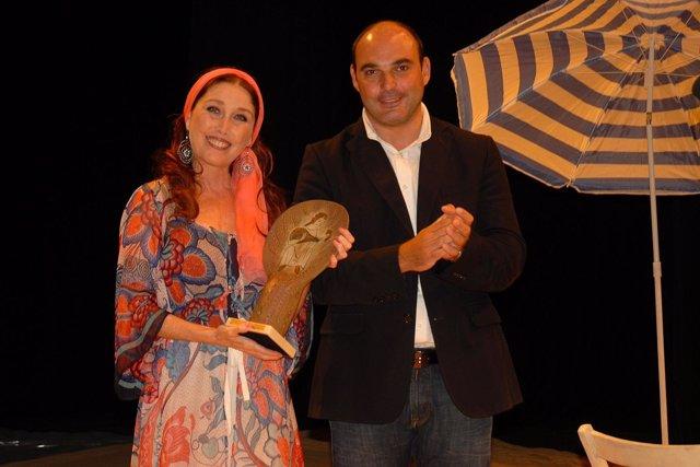 Verónica Forqué Con Premio Trovador De Alcañiz