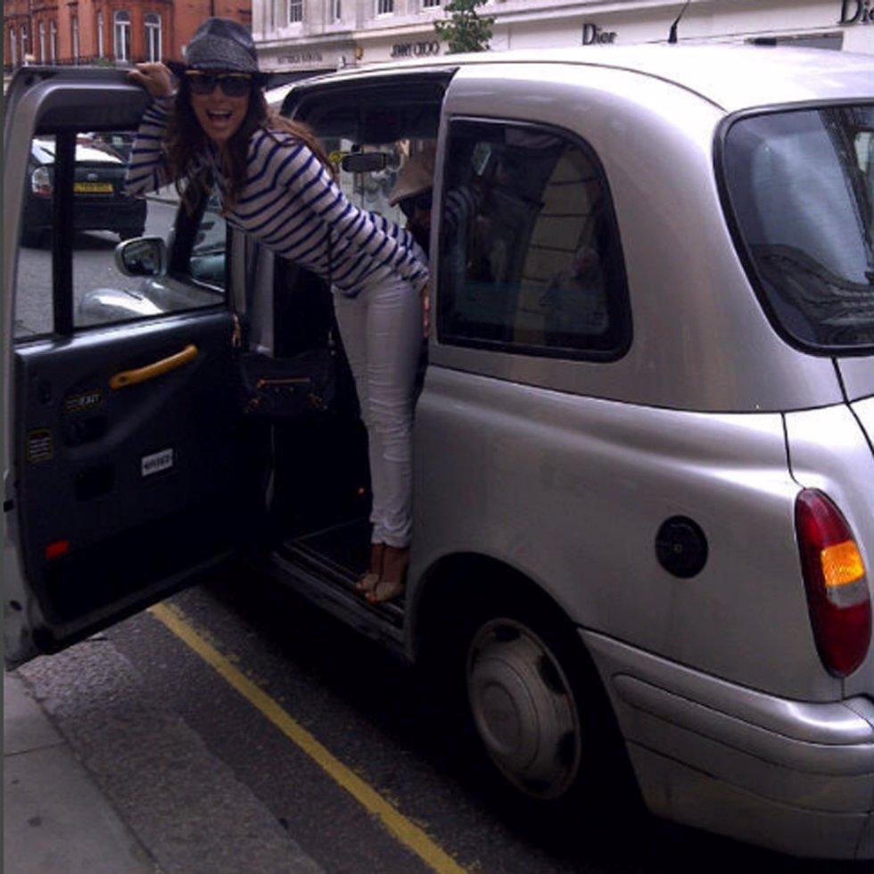 Eva Longoria Posando En Un Taxi Londinense