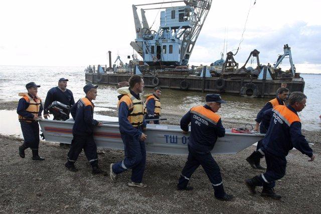 Equipo De Rescate Ruso Buscan Supervivientes En El Volga