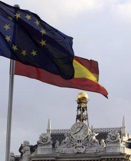 Bandera De España Y Unión Europea Al Lado Del Banco De España