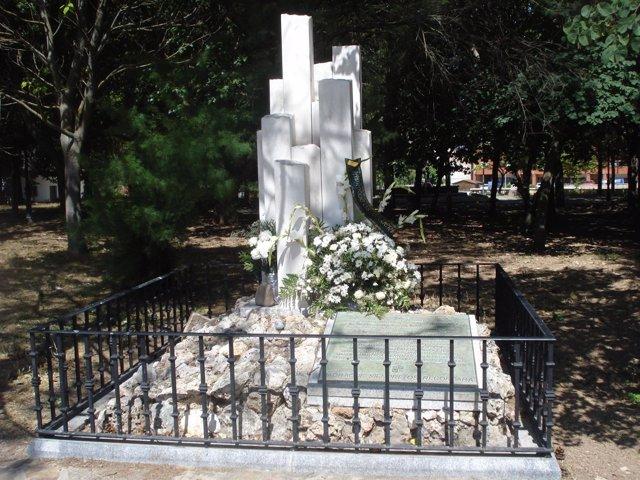 Monolito A Las Víctimas Del Incendio De Guadalajara En Jadraque