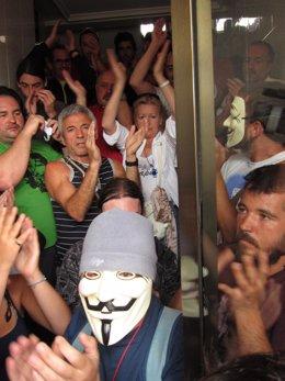 Personas Concentradas En El Portal, Para Impedir El Desahucio.