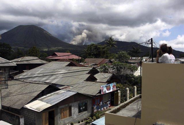 Erupción Del Volcán Lokon En Indonesia