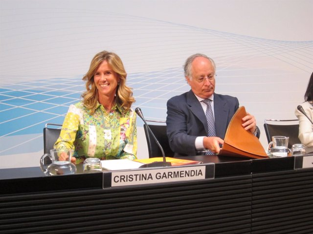 La Ministra Cristina Garmendia Y El Director De La Caixa, Joan Maria Nin