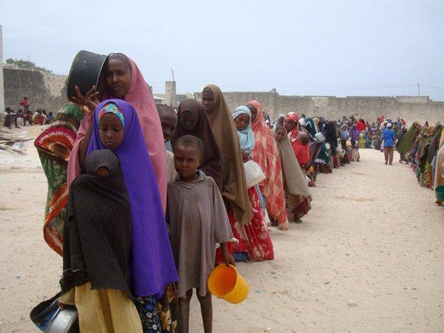 Somalíes A Las Puertas De Un Campamento