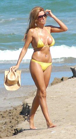 Sonia Monroy En La Playa, Con Biquini Amarillo Y Sombrero De Paja