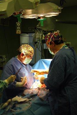 Cirujanos en plena intevención en quirófano